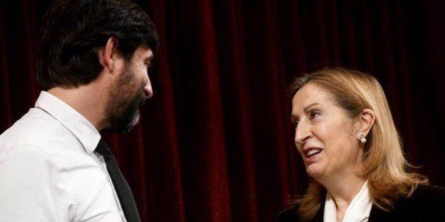 Rafael Mayoral entrega su regalo a Ana