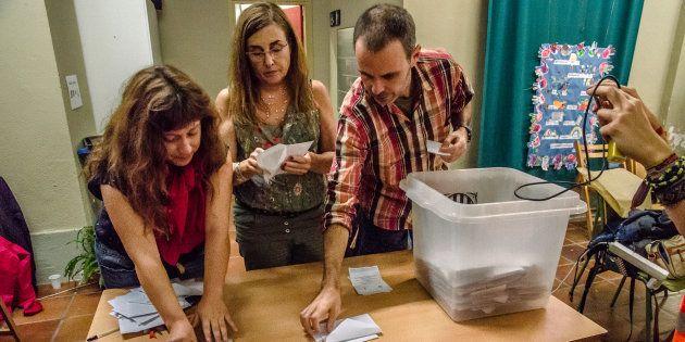 Recuento de votos en un colegio de Barcelona, el