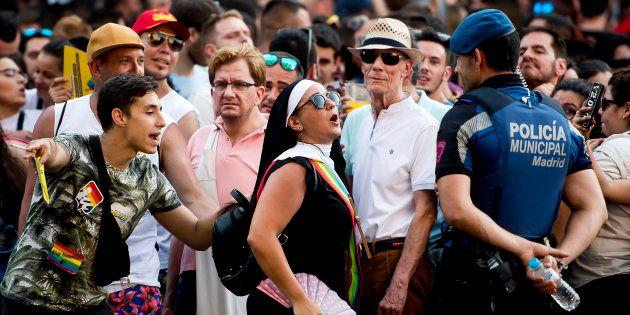 Una mujer habla a un agente municipal de Madrid, durante la edición del Orgullo Gay de este