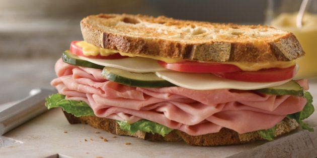 Un estudio asocia cenar temprano con un menor riesgo de cáncer de mama y de
