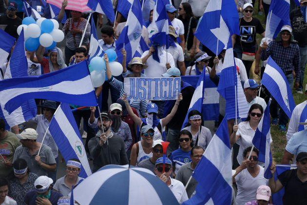 Miles de nicaragüenses se echan a las