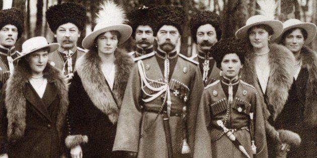 La familia Románov en 1913: de izquierda a derecha: Ola, María, Nicolás II, Alejandra Fiódorovna, Anastasia,...