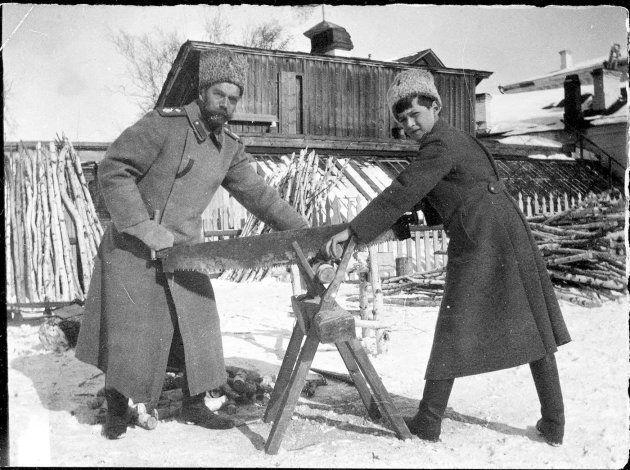 El zar Nicolás II y su hijo Alekséi serrando troncos en Tobolsk. / Cortesía Páginas de