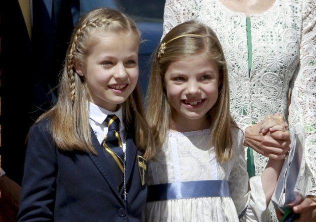 La princesa Leonor en su comunión junto a su hermana la infanta Sofía.