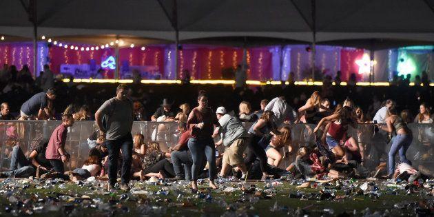 Los asistentes al festival country corren y se refugian tras una verja, instantes después del tiroteo...