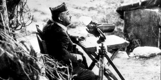 Francisco Franco, observando con binoculares el frente de batalla, desde la