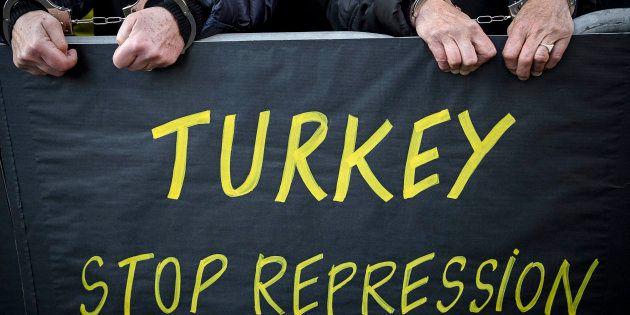 Movilización de Amnistía Internacional delante de la embajada de Turquía en París para pedir la liberación...
