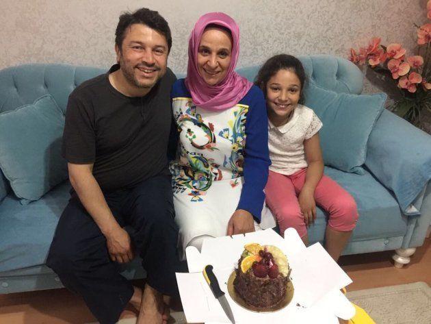 Taner Kilic, presidente de AI en Turquía, con su mujer y su