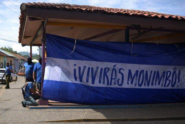 Paramilitares extienden en Monimbo una bandera de