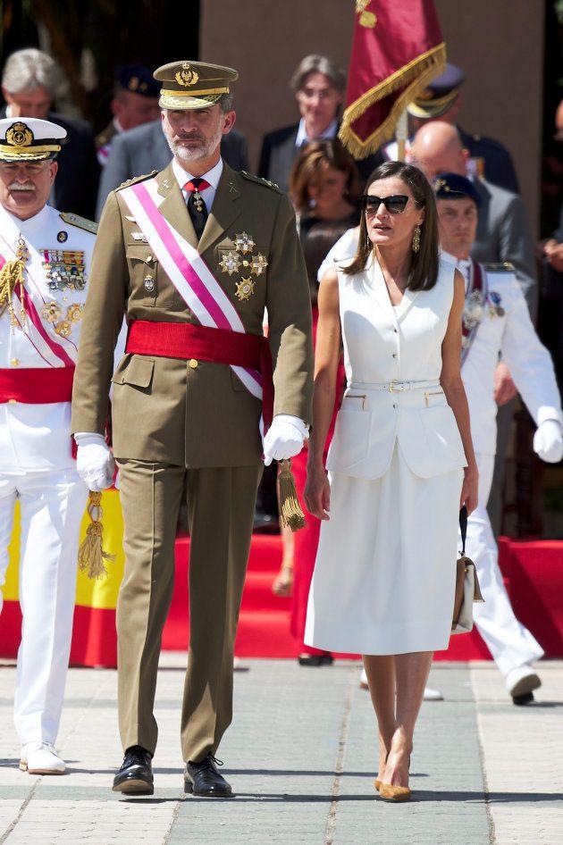 7697f3d18a Se saltó Letizia el protocolo al ponerse gafas de sol en un acto ...