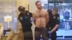 La policía cachea a este hombre y el incómodo momento que viven ya es