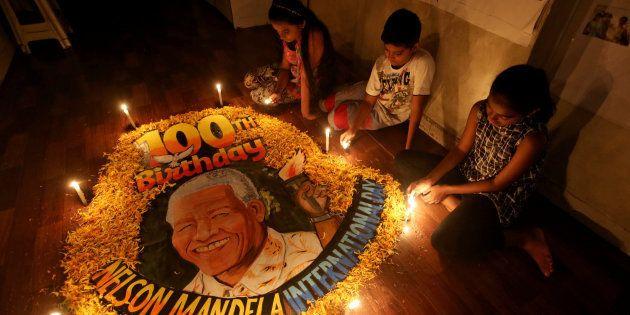 Unos niños conmemoran en su escuela de la India el 100 aniversario del nacimiento de