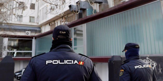 Policías vigilan el lugar en el que se ha detenido al supuesto agresor