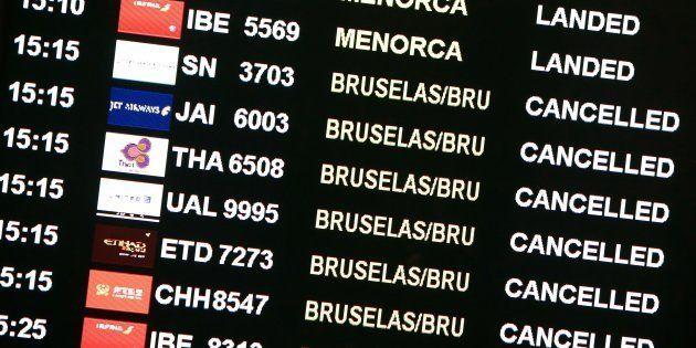 Un panel de llegadas y salidas de vuelos en el aeropuerto de Barcelona en una foto de archivo en