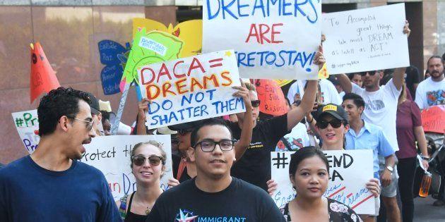 Jóvenes inmigrantes se manifiestan en Los Ángeles en defensa del programa