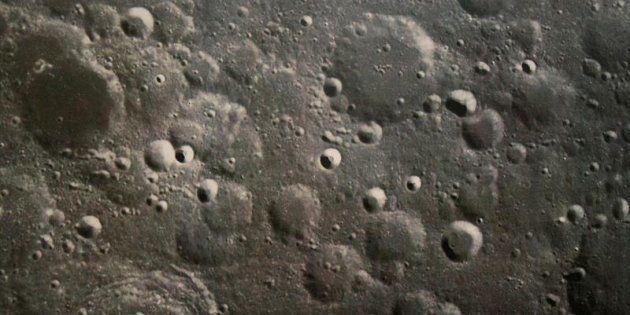 Primera foto de la Luna tomada por el satélite de China, publicada por ese país en Pekín.