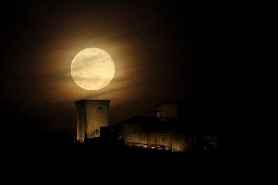 Vista de la superluna en el Parador de Verín (Ourense,