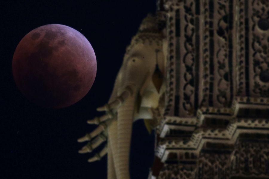 Vista del eclipse de la superluna azul de sangre en Bangkok