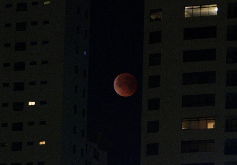 Vista de la superluna azul de sangre en Tijuana