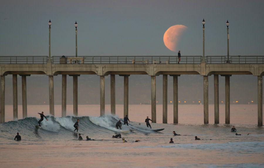 Eclipse de la superluna azul de sangre en Huntington Beach (California,