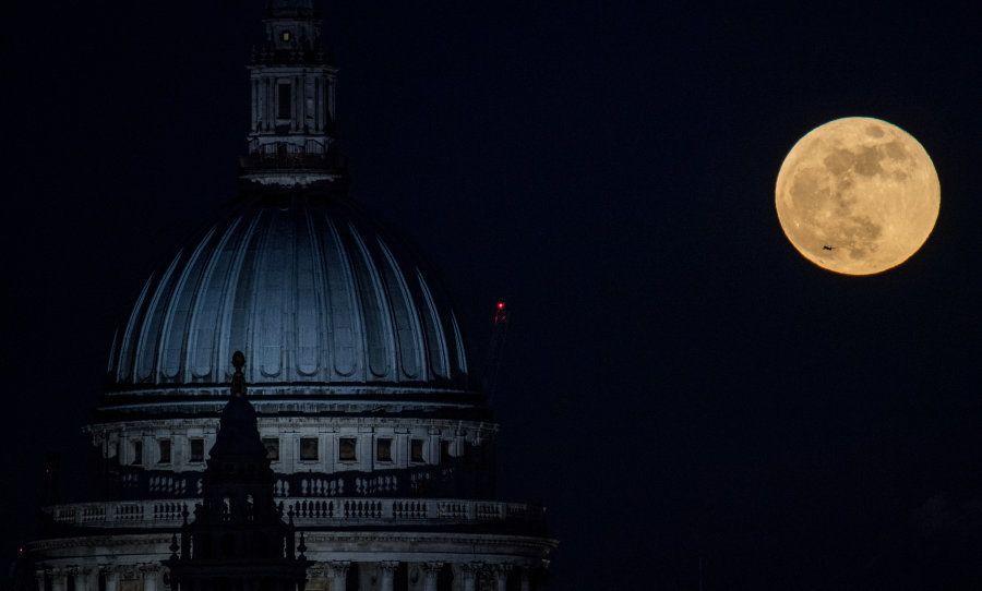 Vista de la superluna junto a la Catedral de San Pablo en Londres (Reino