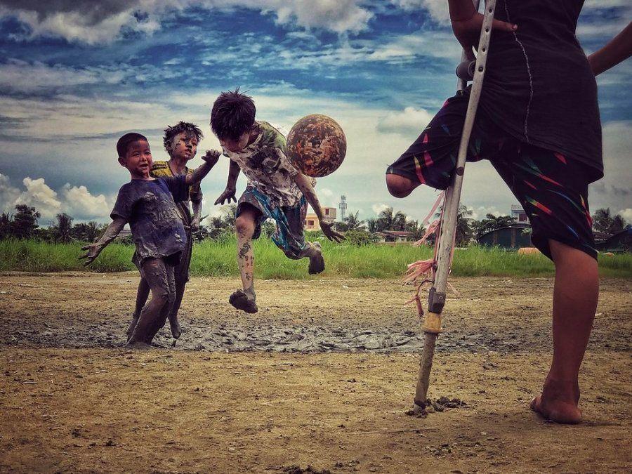 Tercer puesto. 'Quiero jugar'. Un joven que perdió la pierna mira a sus amigos jugar al fútbol. Yangon,...