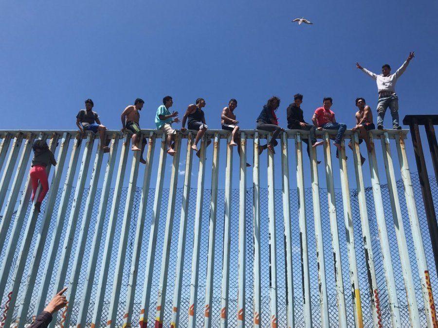Tercer puesto. 'Refugee Caravan'. Miembros de la Caravana de Refugiados de 2017 escalan la valla fronteriza...