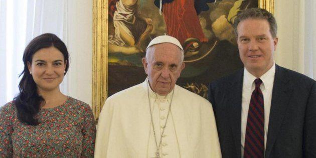 El papa Francisco, con los dos portavoces que hoy han