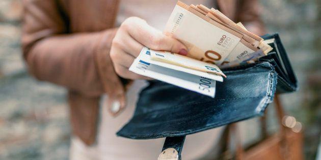 Una mujer saca dinero de su