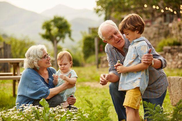 Un pareja de abuelos con sus
