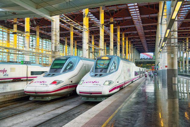 Un tren AVE de Renfe en la estación de Puerta de