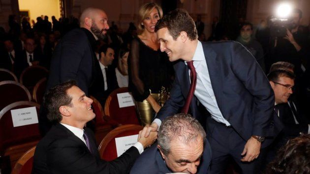 Pablo Casado (PP) saluda a Albert Rivera (Ciudadanos) en los premios Princesa de