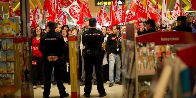 Grupo de manifestantes con banderas de los sindicatos en el aeropuerto general durante la huelga general...