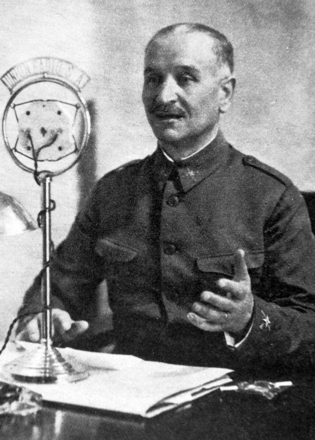 Gonzalo Queipo de Llano, dando uno de sus discursos a través de Unión Radio