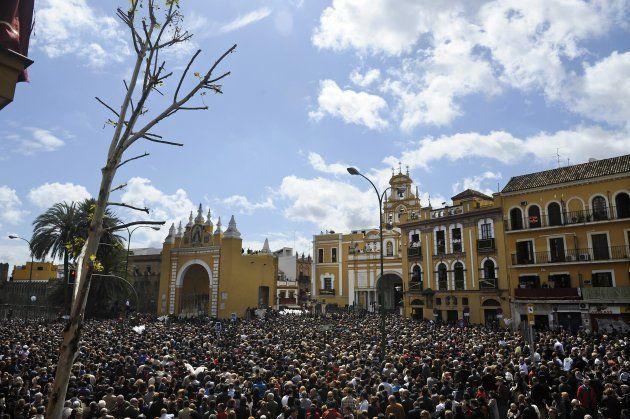 Entrada de los pasos de la Hermandad de la Macarena en su basílica, en la Semana Santa de