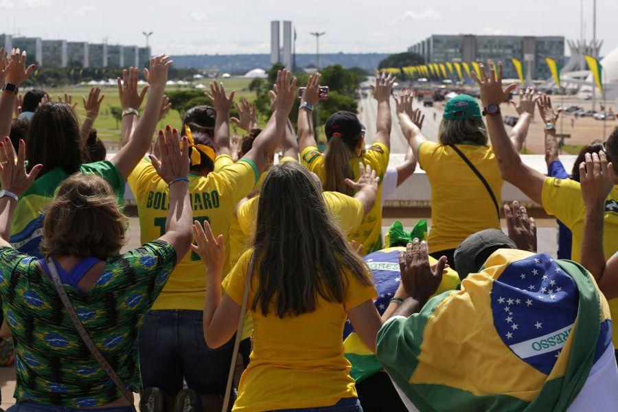 Los simpatizantes de Bolsonaro marchan y rezan en Brasilia antes de la ceremonia de investidura de Bolsonaro,...