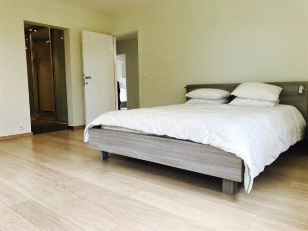 Uno de los espaciosos dormitorios de la
