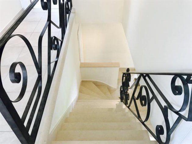 Las escaleras que conectan las dos plantas de la