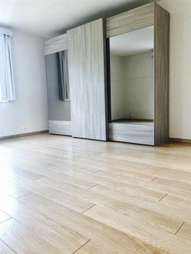 La vivienda cuenta ya con algunos muebles, como este amplio