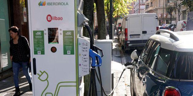 Un usuario recarga un coche eléctrico en un punto de recarga de Iberdrola en