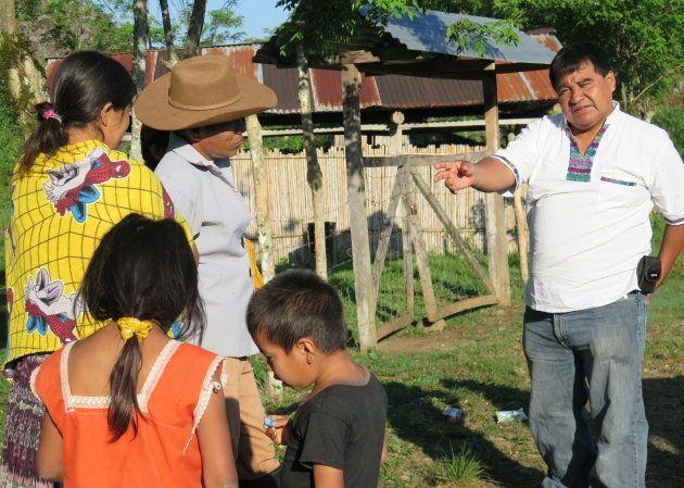 Bernardo Caal Xol, en una comunidad afectada por Renace, a orillas del río