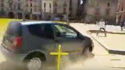 Un coche arrolla las cruces amarillas puestas en Vic por los presos
