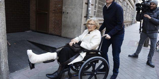 Manuela Carmena recibe el alta tras romperse el