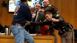 El padre de dos víctimas de Larry Nassar intenta agredirlo durante un juicio por abuso