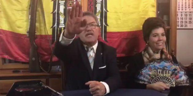 Miguel Ángel Gómez de Pedro, alcalde de Gallinero de Cameros, imitando a