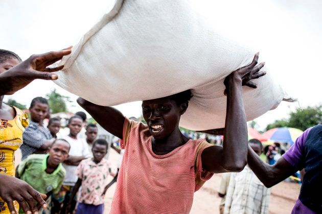 Una mujer congoleña carga con un saco de comida en las provincias Kasai, donde los enfrentamientos entre...