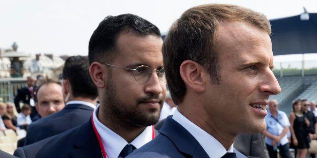 El presidente francés Emmanuel Macron, junto a su exjefe de seguridad, Alexandre Benalla, al finalizar...