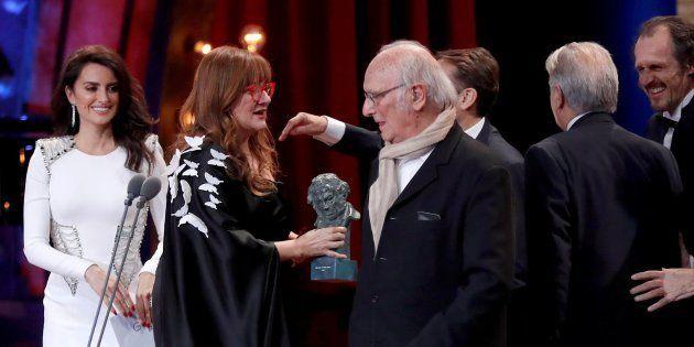 La directora Isabel Coixet recibe el Goya a la Mejor película por 'La librería' de manos de Carlos