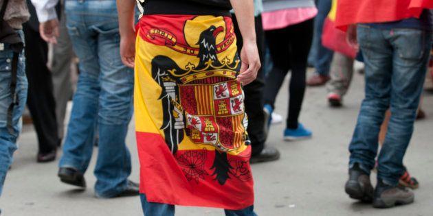 Imagen de archivo de un hombre envuelto en la bandera