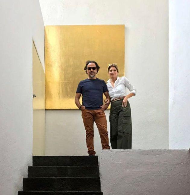 Alejandro González Iñárritu y María Eladia Hagerman frente a un cuadro de Mathias Goeritz en Casa Luis...